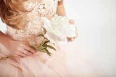 Mujer hermosa en alineada de boda Foto de archivo libre de regalías