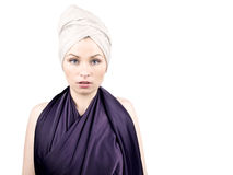 Mujer hermosa en alineada púrpura Fotografía de archivo libre de regalías