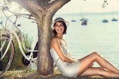 Mujer hermosa en amor que sonríe debajo de un olivo imagen de archivo