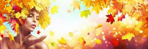 Mujer hermosa en Autumn With Falling Leaves stock de ilustración
