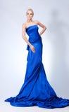 Mujer hermosa en azul foto de archivo