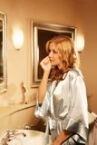 Mujer hermosa en baño Fotos de archivo libres de regalías