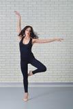 Mujer hermosa en ballet negro del baile del mono en el estudio Foto de archivo