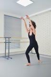 Mujer hermosa en ballet negro del baile del mono en el estudio Fotografía de archivo