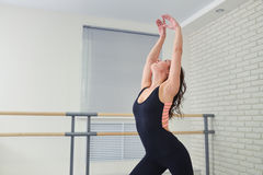 Mujer hermosa en ballet negro del baile del mono en el estudio Imagen de archivo libre de regalías