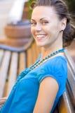 Mujer hermosa en banco Imagen de archivo libre de regalías