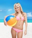 Mujer hermosa en bikini con la pelota de playa Fotos de archivo