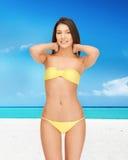 Mujer hermosa en bikini en la playa Fotografía de archivo libre de regalías