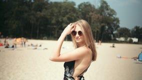 Mujer hermosa en bikini que disfruta de tiempo en una playa almacen de metraje de vídeo
