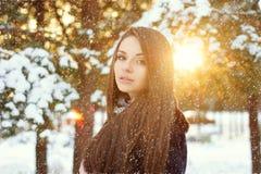 Mujer hermosa en bosque del invierno Fotos de archivo libres de regalías
