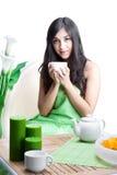 Mujer hermosa en café Imagen de archivo