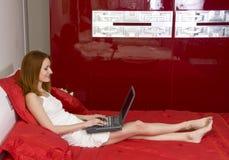 Mujer hermosa en cama Imagen de archivo