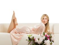 Mujer hermosa en cama por la mañana fotos de archivo