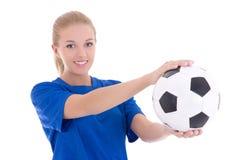 Mujer hermosa en camisa azul con el balón de fútbol Imagenes de archivo