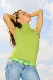 Mujer hermosa en camiseta verde Foto de archivo