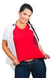 Mujer hermosa en camiseta y pantalones vaqueros en blanco Fotografía de archivo libre de regalías