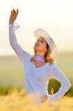 Mujer hermosa en campo de cereal de oro en verano Fotos de archivo libres de regalías