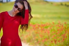 mujer hermosa en campo de cereal en verano Foto de archivo libre de regalías