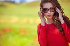 mujer hermosa en campo de cereal en verano Imagen de archivo