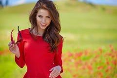 mujer hermosa en campo de cereal en verano Fotografía de archivo