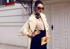 Mujer hermosa en capa elegante con los accesorios imagen de archivo