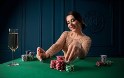 Mujer hermosa en casino imagen de archivo