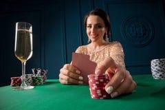 Mujer hermosa en casino fotografía de archivo