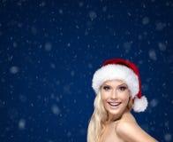 Mujer hermosa en casquillo de la Navidad Foto de archivo libre de regalías