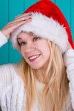 Mujer hermosa en casquillo de la Navidad Fotografía de archivo