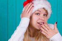 Mujer hermosa en casquillo de la Navidad Fotos de archivo libres de regalías