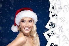 Mujer hermosa en casquillo de la Navidad con la buena oferta para la venta fotografía de archivo libre de regalías