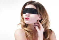 Mujer hermosa en cordón negro Foto de archivo libre de regalías