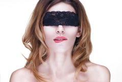 Mujer hermosa en cordón negro Fotos de archivo