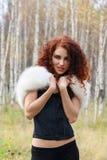 Mujer hermosa en corsé con la piel blanca y el pelo rizado Fotografía de archivo