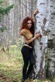 Mujer hermosa en corsé con la piel cerca del abedul Fotografía de archivo
