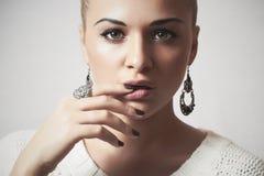Mujer hermosa en dress.accessories.manicure de lana Fotografía de archivo libre de regalías