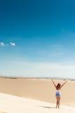 Mujer hermosa en dunas de arena Imagen de archivo