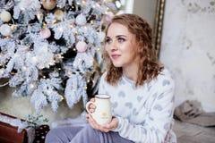 Mujer hermosa en el árbol de navidad foto de archivo libre de regalías