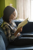 Mujer hermosa en el apartamento de los hes Fotografía de archivo libre de regalías