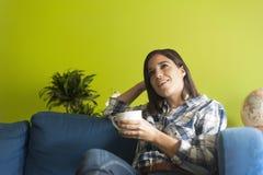 Mujer hermosa en el apartamento de los hes Imagen de archivo