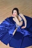 Mujer hermosa en el baile árabe del traje en la danza del movimiento, de oriental o de vientre, lanzamiento del alto ángulo imagen de archivo libre de regalías