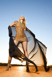 Mujer hermosa en el baile del oro Imagen de archivo