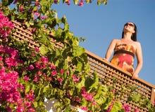 Mujer hermosa en el balcón Imagen de archivo