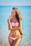 Mujer hermosa en el bikini atractivo que se relaja en la playa del verano Imágenes de archivo libres de regalías