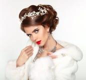 Mujer hermosa en el blanco Mink Fur Coat de la moda Soldado enrollado en el ejército de lujo del invierno Imagen de archivo libre de regalías