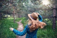 Mujer hermosa en el bosque Imagen de archivo libre de regalías