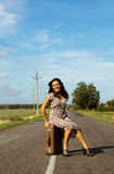 Mujer hermosa en el camino imágenes de archivo libres de regalías