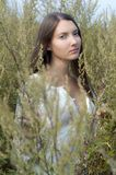 Mujer hermosa en el campo Foto de archivo libre de regalías