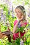 Mujer hermosa en el campo con el altramuz Fotos de archivo libres de regalías