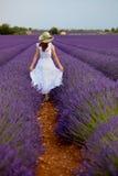 Mujer hermosa en el campo de la lavanda en Provence, Francia. Imagen de archivo